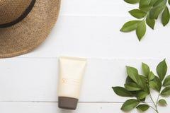 Φυσικό καλλυντικό για sunscreen spf50 προσώπου δερμάτων της γυναίκας στοκ εικόνα