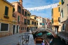 Φυσικό κανάλι με τη γόνδολα, Βενετία, Ιταλία Στοκ Εικόνες