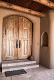 Φυσικό καφετί ξύλινο ανώτατο patio πορτών και κούτσουρων Στοκ φωτογραφία με δικαίωμα ελεύθερης χρήσης