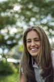Φυσικό κορίτσι με το μακρυμάλλες χαμόγελο στοκ εικόνα