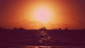 Φυσικό κόκκινο ηλιοβασίλεμα Γιοτ, κύματα και υπόβαθρο ηλιοβασιλέματος Κόκκινο ηλιοβασίλεμα ουρανού και κίτρινος ήλιος πέρα από τη φιλμ μικρού μήκους