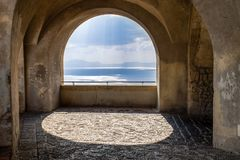 Φυσικό μπαλκόνι αψίδων βράχου που αγνοεί τη Μεσόγειο στοκ φωτογραφίες