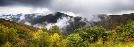 Φυσικό μπλε κορυφογραμμών χώρων στάθμευσης Λα φθινοπώρου βουνών Appalachians καπνώές Στοκ Εικόνες