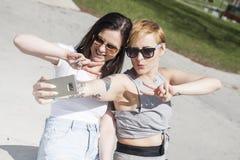 Φυσικό να φανεί δύο νέα κορίτσια καλύτερων φίλων στοκ εικόνες με δικαίωμα ελεύθερης χρήσης