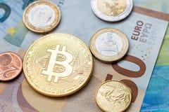 Φυσικό νόμισμα Bitcoin και ευρο- νομίσματα που κάθονται στα ευρο- τραπεζογραμμάτια Στοκ Εικόνες