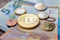 Φυσικό νόμισμα Bitcoin και ευρο- νομίσματα που κάθονται στα ευρο- τραπεζογραμμάτια Στοκ εικόνες με δικαίωμα ελεύθερης χρήσης
