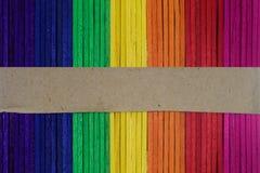 Φυσικό ξύλινο ουράνιο τόξο που χρωματίζεται Χρωματισμένος ξύλινος πολύχρωμος Στοκ Φωτογραφία