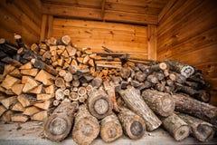 Φυσικό ξύλινο υπόβαθρο, κινηματογράφηση σε πρώτο πλάνο του τεμαχισμένου καυσόξυλου Καυσόξυλο που συσσωρεύεται και που προετοιμάζε Στοκ Εικόνες