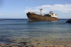 Φυσικό οξυδωμένο σκάφος κοντά Arrecife στο λιμάνι σε Lanzarote, Κανάρια νησιά, Ισπανία Στοκ Εικόνα