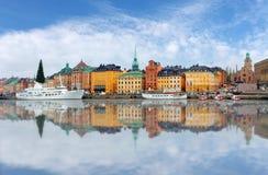 Φυσικό πανόραμα της παλαιάς αρχιτεκτονικής πόλης (Gamla Stan) αποβαθρών Στοκ εικόνα με δικαίωμα ελεύθερης χρήσης