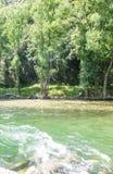 Φυσικό πανόραμα του ποταμού Noguera Pallaresa με τα ισχυρά ρεύματα, χαρακτηριστικό του καλοκαιριού Καταλανικά Πυρηναία r στοκ φωτογραφία με δικαίωμα ελεύθερης χρήσης