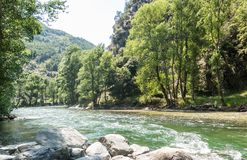 Φυσικό πανόραμα του ποταμού Noguera Pallaresa με τα ισχυρά ρεύματα, χαρακτηριστικό του καλοκαιριού Καταλανικά Πυρηναία r στοκ εικόνες