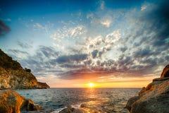 Φυσικό παράκτιο ηλιοβασίλεμα στο νησί της Έλβας στην Τοσκάνη Στοκ Φωτογραφία