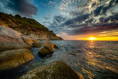 Φυσικό παράκτιο ηλιοβασίλεμα στο νησί της Έλβας στην Τοσκάνη Στοκ εικόνες με δικαίωμα ελεύθερης χρήσης