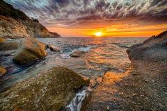 Φυσικό παράκτιο ηλιοβασίλεμα στο νησί της Έλβας στην Τοσκάνη Στοκ Εικόνες