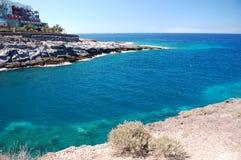 Φυσικό παράκτιο τοπίο του τυρκουάζ Ατλαντικού Ωκεανού σε Playa Paraiso Tenerife Στοκ φωτογραφία με δικαίωμα ελεύθερης χρήσης
