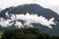 Φυσικό περιβάλλον ποταμών βουνών και τοπίων δέντρων πεζοπορία ορών Χρωματισμένοι λόφοι, μεγάλα βουνά Στοκ Φωτογραφία