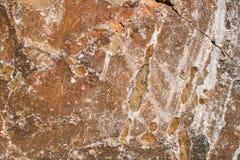Φυσικό πετρώδες καστανοκοκκινωπό υπόβαθρο grunge με τη ρωγμή και τα άσπρα σημεία στοκ εικόνες