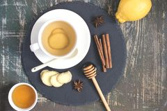 Φυσικό ποτό βιταμινών ώθησης ασυλίας πιπεροριζών ζεστό με το λεμόνι, το μέλι και την κανέλα και τα συστατικά στοκ φωτογραφία