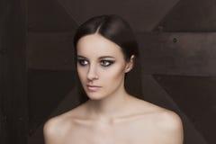 Φυσικό πρότυπο προσώπου ομορφιάς με το makeup και το ύφος τρίχας Στοκ Εικόνες