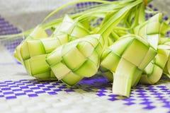 Φυσικό ρύζι που τυλίγεται με τη νέα άδεια καρύδων Στοκ Εικόνα