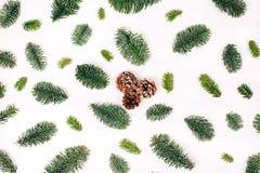 Φυσικό σχέδιο Χριστουγέννων φιαγμένο από κλάδους έλατου Στοκ φωτογραφία με δικαίωμα ελεύθερης χρήσης