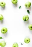 Φυσικό σχέδιο τροφίμων με την πράσινη μήλων πλαισίων άσπρη γραφείων χλεύη άποψης υποβάθρου τοπ επάνω Στοκ εικόνες με δικαίωμα ελεύθερης χρήσης