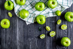 Φυσικό σχέδιο τροφίμων με την πράσινη μήλων σκοτεινή γραφείων χλεύη άποψης υποβάθρου τοπ επάνω Στοκ φωτογραφίες με δικαίωμα ελεύθερης χρήσης