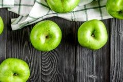 Φυσικό σχέδιο τροφίμων με την πράσινη τοπ άποψη υποβάθρου γραφείων μήλων σκοτεινή Στοκ Εικόνες