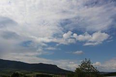 Φυσικό τοπίο ανοίξεων - μπλε ουρανός και σύννεφα, βουνό στοκ εικόνα