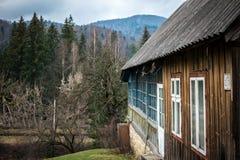 Φυσικό τοπίο με την καμπίνα στα βουνά Στοκ Εικόνες
