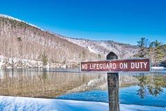 Φυσικό τοπίο περιοχής αναψυχής λιμνών Sherando κανένα Lifeguard στο καθήκον στοκ εικόνα