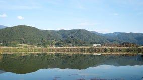 Φυσικό τοπίο της τέλειας αντανάκλασης του ουρανού, των βουνών, και των δέντρων στοκ εικόνες με δικαίωμα ελεύθερης χρήσης