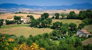 Φυσικό τοπίο της Τοσκάνης, Ιταλία με τα haybales και ευθυγραμμισμένο κυπαρίσσι driveway Στοκ εικόνες με δικαίωμα ελεύθερης χρήσης
