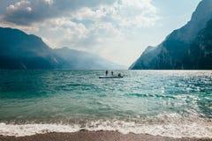Φυσικό τοπίο της όμορφων λίμνης Garda και των βουνών, Ιταλία Στοκ Εικόνες