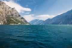 Φυσικό τοπίο της όμορφων λίμνης Garda και των βουνών, Ιταλία Στοκ φωτογραφία με δικαίωμα ελεύθερης χρήσης