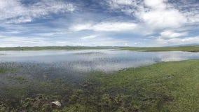 Φυσικό τοπίο των άσπρων λιμνών σύννεφων μπλε ουρανού και της πράσινης χλόης στοκ εικόνες