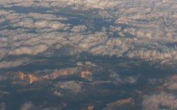 Φυσικό τοπίο των σύννεφων πέρα από τα βουνά Εναέρια άποψη backgroun Στοκ Εικόνες