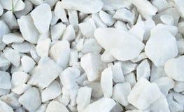 Φυσικό υλικό υποβάθρου - άσπρα χαλίκια, αμμοχάλικο, πέτρες για την τοποθέτηση των πορειών στο πάρκο, τοπ άποψη στοκ εικόνα