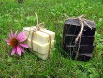 Φυσικό χειροποίητο σαπούνι καστιλιάνου και πίσσας που επιδένεται με τη σειρά επάνω Στοκ εικόνα με δικαίωμα ελεύθερης χρήσης