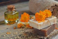Φυσικό χειροποίητο σαπούνι με το calendula & x28 δοχείο marigold& x29  στοκ φωτογραφία