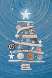 Φυσικό χριστουγεννιάτικο δέντρο σε ένα ξύλινο υπόβαθρο ως firmament Στοκ Εικόνες