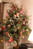 Φυσικό χριστουγεννιάτικο δέντρο με τις κόκκινες διακοσμήσεις στοκ εικόνα με δικαίωμα ελεύθερης χρήσης