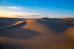 Φυσικό όμορφο τοπίο ερήμων, αμμόλοφοι άμμου στο μπλε υπόβαθρο ουρανού βραδιού Στοκ Φωτογραφίες