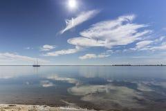 Φυσικό seascape πάρκων υγρότοπων της Ria Φορμόζα, στην παραλία Cavacos Αλγκάρβε Στοκ εικόνα με δικαίωμα ελεύθερης χρήσης