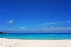 Φυσικό seascape του κυανών διαφανών ωκεάνιων νερού και του μπλε ουρανού τροπικό λευκό άμμου παραλιών Ειδυλλιακό τοπίο του παραθαλ στοκ εικόνες με δικαίωμα ελεύθερης χρήσης