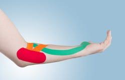 Φυσιοθεραπεία για τον πόνο, τους πόνους και την ένταση αγκώνων Στοκ εικόνα με δικαίωμα ελεύθερης χρήσης
