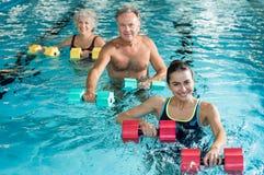 Φυσιοθεραπεία γυμναστικής με τους αλτήρες στοκ εικόνες