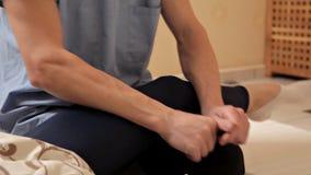 Φυσιοθεραπεία Μια γυναίκα παίρνει ένα μασάζ ποδιών στο κέντρο Wellness, κινηματογράφηση σε πρώτο πλάνο Σύγχρονη φυσική θεραπεία α φιλμ μικρού μήκους