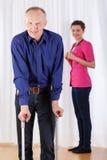 Φυσιοθεραπευτής και άτομο που περπατούν με τα δεκανίκια Στοκ εικόνες με δικαίωμα ελεύθερης χρήσης
